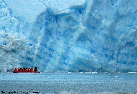 Front du glacier San Rafael (Chili) montrant des alternances de glace bleue foncée et bleue pâle