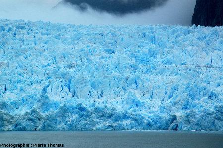 Autre partie du front du glacier San Rafael (Chili) où l'on voit cette alternance bandes sombres - bandes claires