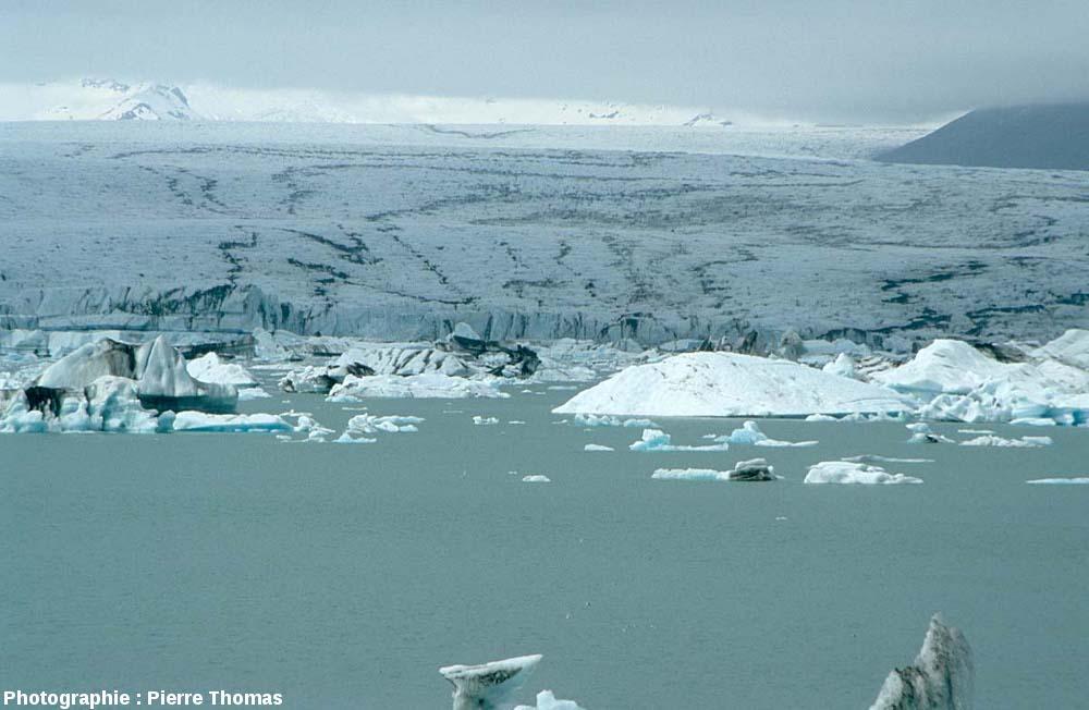Pseudo-moraines sinueuses sur le Vatnajökull (le plus grand glacier d'Islande) se jetant dans le Jökulsarlon