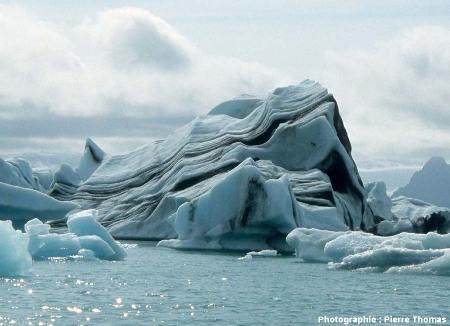 Gros plan sur un Iceberg stratifié sur le Jökulsarlon (Islande)