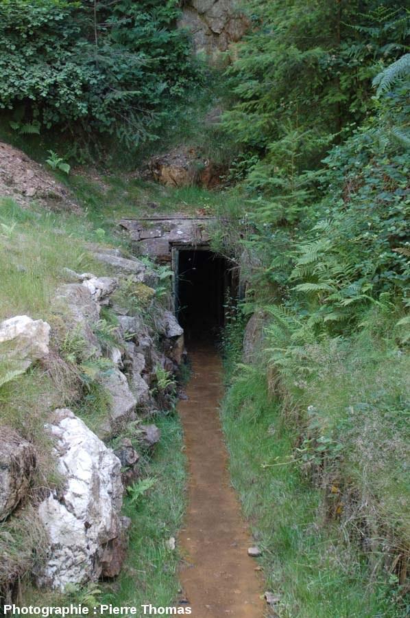 Entrée de la galerie ouverte à la visite guidée, mine de la Rodde, Ally (Haute Loire)