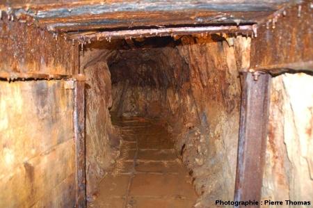Dans une galerie étayée, mine de la Rodde, Ally (Haute Loire)
