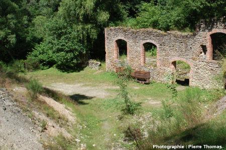 Ruine des anciens bâtiments techniques de la mine de la Rodde, fermée en 1907, Ally (Haute Loire)