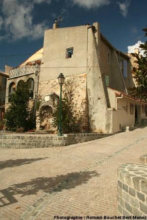 La place centrale du Castellet (Var) et sa fontaine
