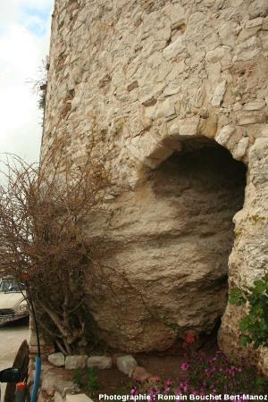 Sommet de la barre de calcaire à rudistes, sur laquelle reposent directement les remparts de la ville du Castellet (Var)