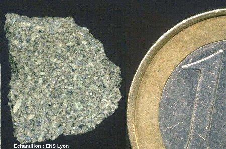 Échantillon macroscopique d'un fragment de la météorite de Zagami, autre exemple de shergottite