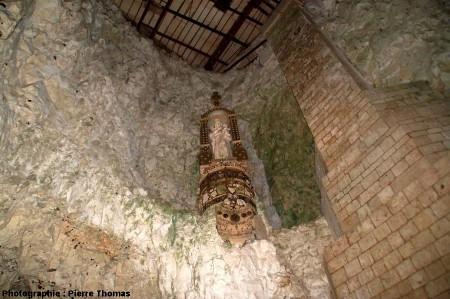 La salle souterraine abritant la Madone des oursins et des silex, cité souterraine de Naours, Somme
