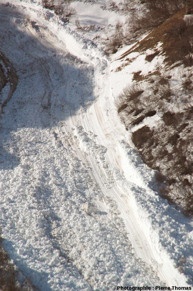 Stries de glissement à la base d'une avalanche, col du Lautaret (Hautes Alpes)