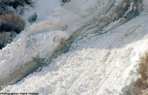 Stries de glissement à la base et sur les flancs d'une avalanche, col du Lautaret (Hautes Alpes)