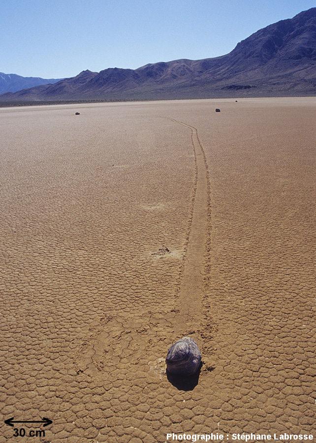 imagedatatesterUne pierre qui glisse (gliding stone, ou sliding stone, ou sailing stone), lac asséché de Racetrack Playa, Californie
