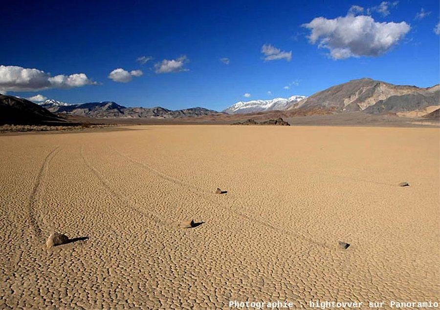 Cinq blocs qui font la course (race) et laisse leurs traces (track), expliquant l'origine du nom du lac temporaire (playa), gliding stones à Racetrack Playa, Californie