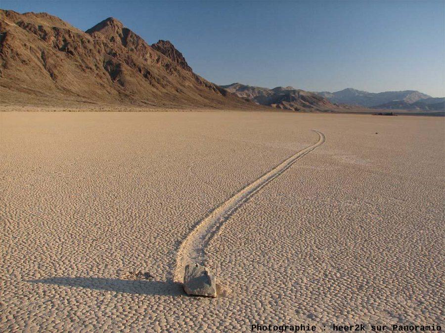 Une trace typique de pierre voyageuse, sliding stone à Racetrack Playa, Californie