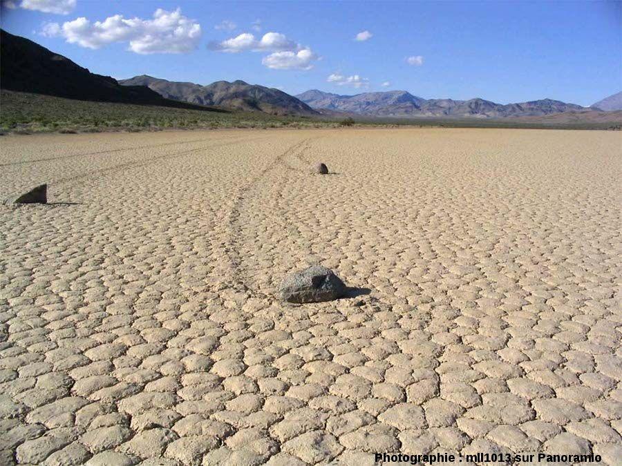 Traces de pierres parallèles au rivage (donc horizontales), qui ne suivent pas la (très très faible) ligne de plus grande pente, Racetrack Playa, Californie