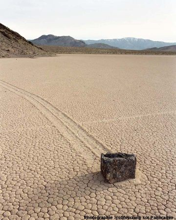 Une pierre en bout de piste, sliding stone à Racetrack Playa, Californie