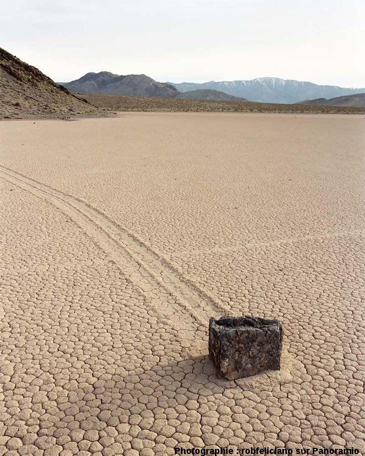 Une pierre en bout de piste, sliding stone à Racetrack Playa, Californie