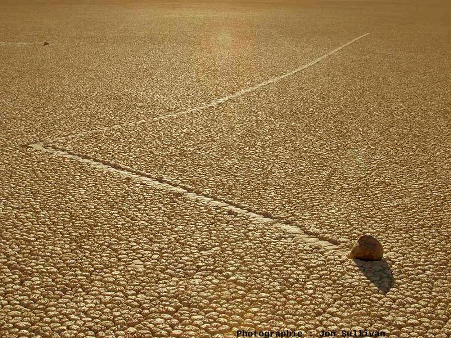 Changement de direction «à angle droit», gliding stone à Racetrack Playa, Californie