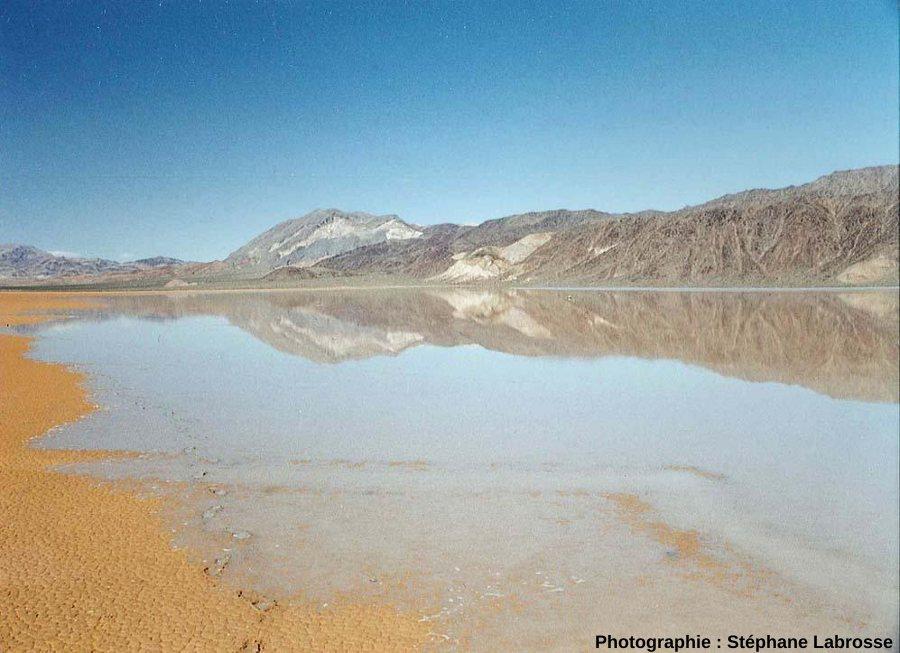 Envahissement progressif des parties les plus basses du lac temporaire par l'eau, Racetrack Playa, Californie