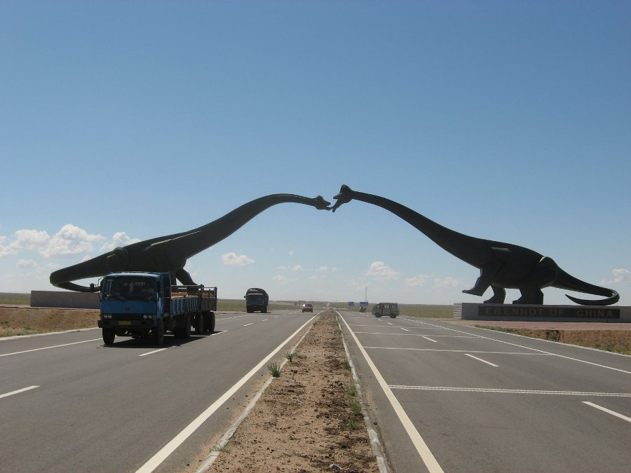 Reconstitution «grandeur nature» de deux dinosaures sauropodes: des brachiosaures (genre Brachiosaurus)