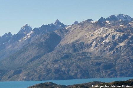 Petit pluton granitique dominant le lac Général Carrera-Buenos Aires, Chili