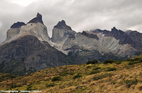 Vue générale du versant Sud de l'intrusion granitique de Torres del Paine (Chili)