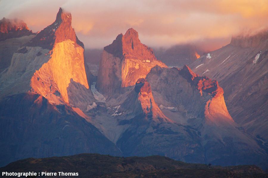 Lever de soleil sur le granite de Torres del Paine, Patagonie chilienne