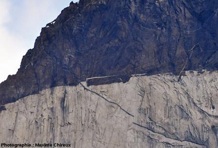 Fragment d'encaissant se détachant (enclave) du toit de l'intrusion granitique, Torres del Paine (Chili)