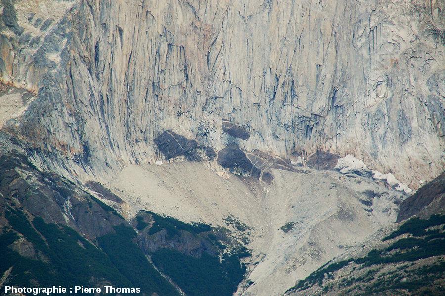 Détail des enclaves isolées de la base de l'intrusion granitique de Torres del Paine (Chili)