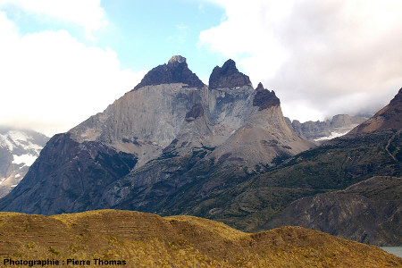 Vue d'ensemble de l'intrusion granitique de Torres del Paine (Chili)