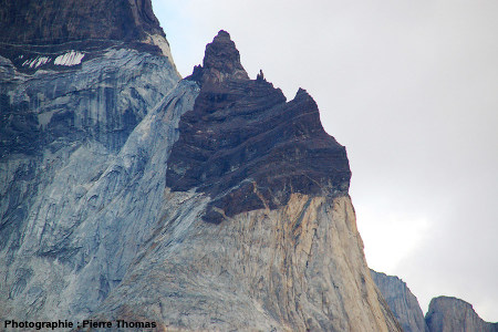 Pic de granite surmonté du toit crétacé, intrusion granitique de Torres del Paine (Chili)