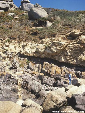 Vue d'ensemble de l'affleurement où l'on voit le contact basal de l'intrusion granitique de Ploumanac'h, île Milliau, Trébeurden (Côtes d'Armor)