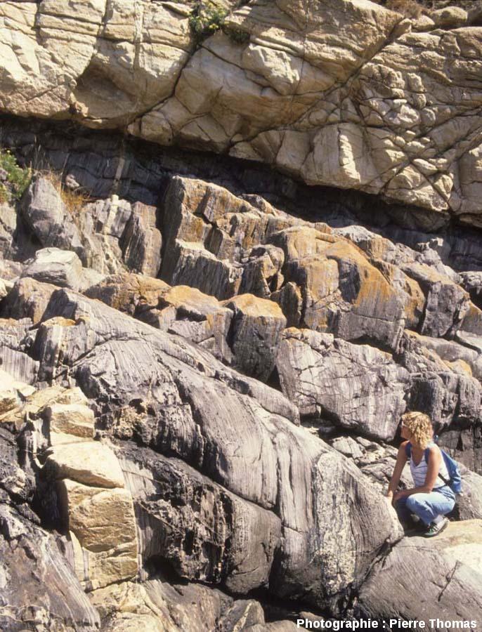 Vue plus rapprochée de l'affleurement où l'on voit le contact basal de l'intrusion granitique de Ploumanac'h, île Milliau, Trébeurden (Côtes d'Armor)