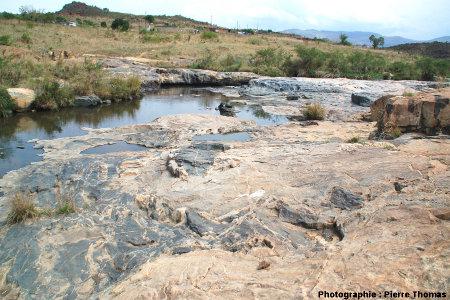 Affleurement montrant le contact granite de Theespruit / encaissant bréchifié, Elukwatini (Afrique du Sud)