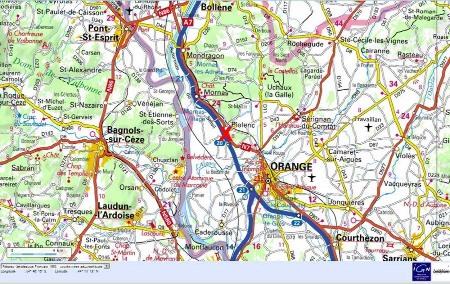 Le site de Piolenc (croix rouge) sur le bord de l'autoroute A7 au Nord d'Orange