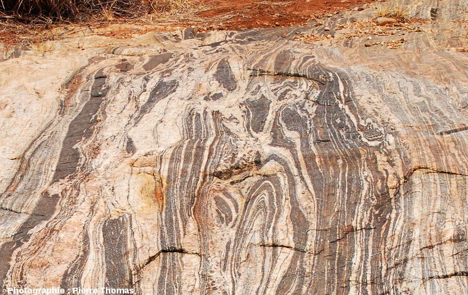 Vue de détail d'un secteur des dalles migmatitiques de la Sand River, Afrique du Sud.