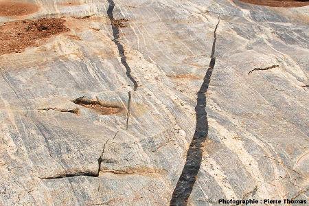 Terminaison et «prise de relais» entre deux dykes basaltiques, Sand River, Afrique du Sud