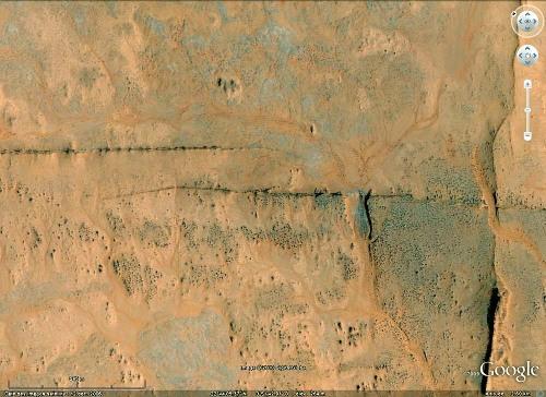 Gros plan sur un relais de 2 dykes du Taoudeni (Mali), vus avec Google Earth