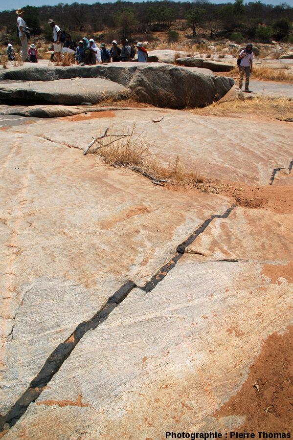 Vue globale du dyke décalé de la figure précédente, lit de la Sand River, Afrique du Sud