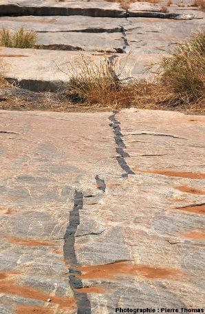 Vue globale d'un dyke affecté de nombreuses «failles transformantes», lit de la Sand River, Afrique du Sud