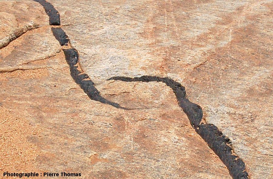 Zoom sur des relais de dykes mimant des OSC (Overlapping Spreading Centers), lit de la Sand River, Afrique du Sud
