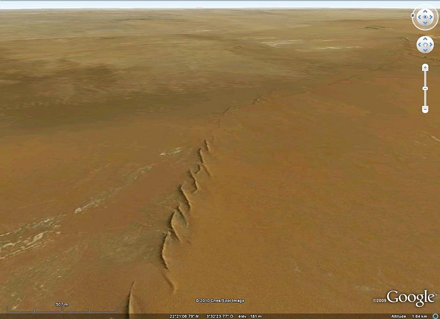Vue Google Earth de dykes dont les relais miment des OSC, Taoudeni, Mali