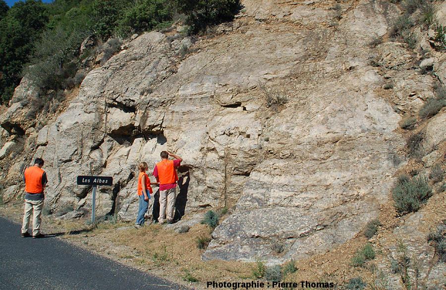Un secteur du bord de la D619, montrant l'imbrication des faciès granitiques clairs et sombres, les Albas, commune de Felluns (Pyrénées Orientales)