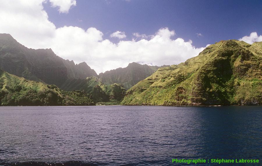 Vue d'ensemble de la Baie des Vierges, île de Fatu Hiva (Polynésie Française)