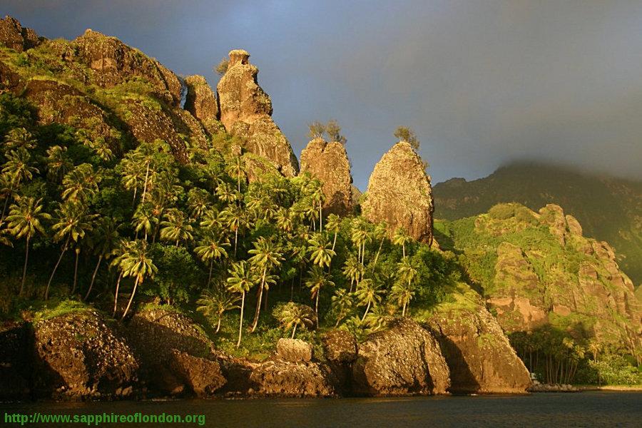 Gros plan au soleil couchant sur les «vierges» (ou verges) au Nord du fond de la baie, île de Fatu Hiva (Polynésie Française)