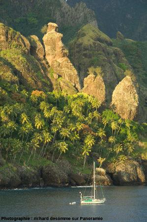 Gros plan sur les «vierges» (ou verges) au Nord du fond de la baie, île de Fatu Hiva (Polynésie Française)