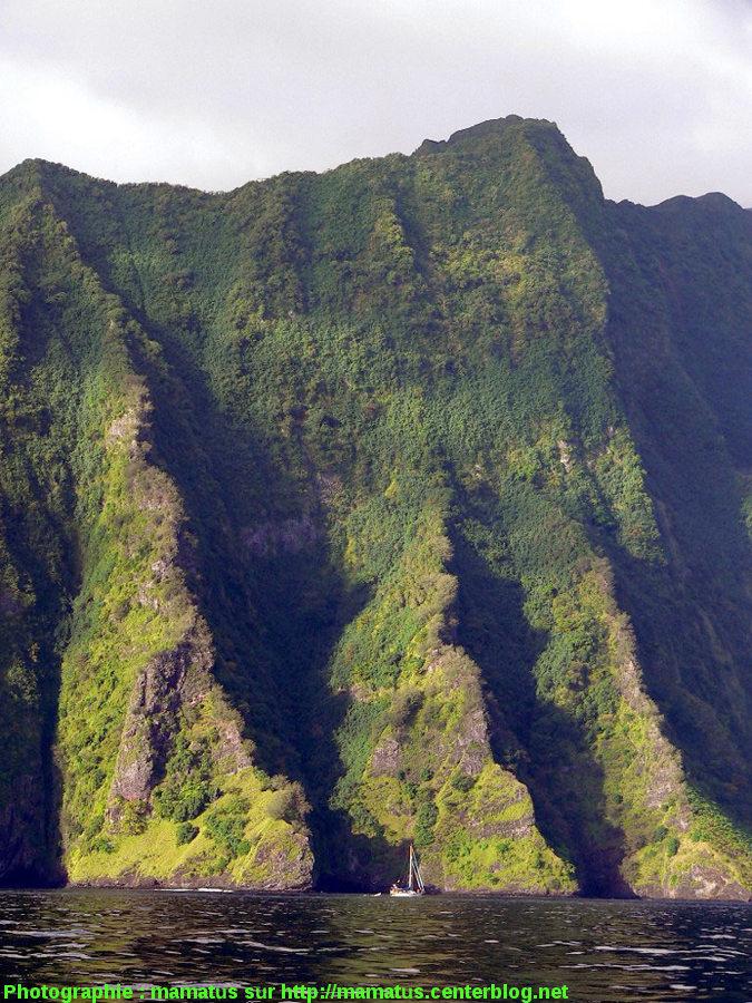 Vue depuis la mer de la côte escarpée, île de Fatu Hiva (Polynésie Française)