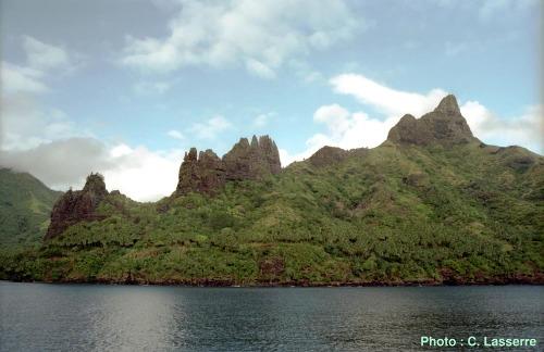 Autres pinacles de même origine dans la Baie d'Hatiheu sur Nuku Hiva, à 250 km au Nord-Ouest de Fatu Hiva, (Polynésie Française)