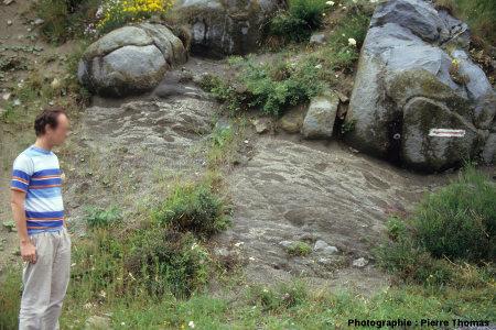 Structure fluidale marquée par l'orientation des enclaves dans le granite de Quérigut-Millas, Puyvalador (Pyrénées Orientales)
