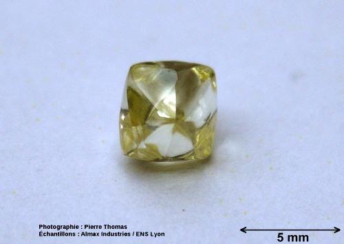 Un diamant brut naturel