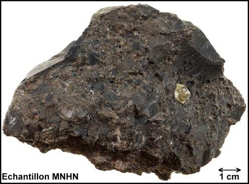 Échantillon de kimberlite contenant un diamant brut