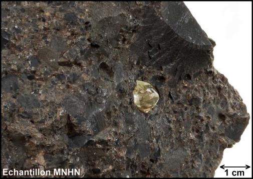 Échantillon de kimberlite contenant un diamant brut, détail